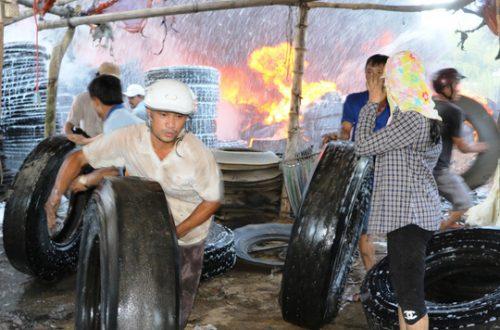 Cháy xưởng lốp xe, hàng trăm người hoảng loạn